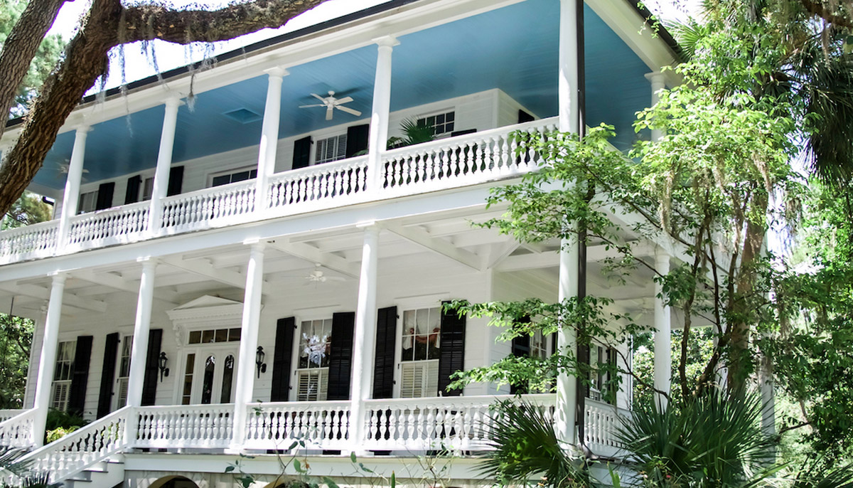 Opulent Southern porch with a blue ceilling.